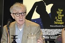 Premiéru romantické komedie Poznáš muže svých snů uvede ve čtvrtek budějovické multikino CineStar. Na snímku režisér Woody Allen při tiskové besedě po premiéře snímku v Kanadě.