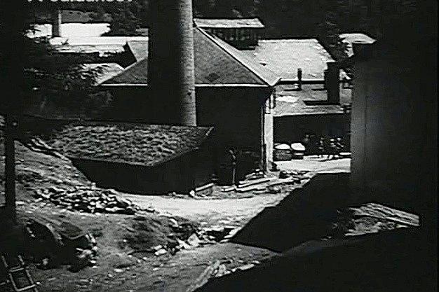 Záběr na starou cihelnu má dokumentární význam. Už nestojí. Dnes je tam objekt bývalé Tesly Blatná.