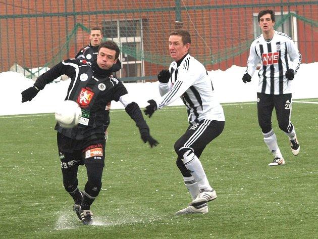 Exbudějovického Marka Kuliče v zápase Dynama s Hradcem (2:1) stíhá budějovický Petr Benát.