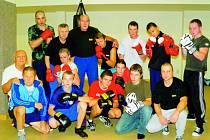 """Legendární boxer Josef Němec tam, kde je mu nejlíp – mezi svými mladými svěřenci z Box Clubu táty Němce. """"Přejeme svému trenéru k jeho 75. narozeninám mnoho zdraví a přesných úderů,"""" vzkazují mu."""