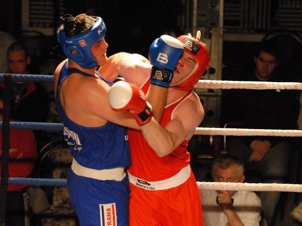 Bombarďák v supertěžké váze Pavel Šour (vlevo)  je oporou boxerů Samsonu Č. Budějovice. Na snímku z posledního utkání se společenstvím Děčín a Most dal pocítit sílu svého úderu Kroupovi.