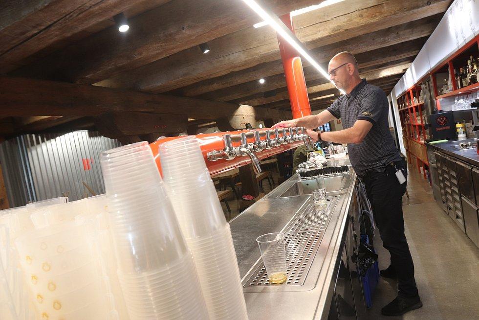 """V budějovické restauraci Solnice na Piaristickém náměstí před pondělním otevřením zahrádek důkladně """"smejčí"""" celou restauraci a jsou připraveni přizpůsobit se omezením. """"Uvidíme, jaká budou,"""" dodávají."""
