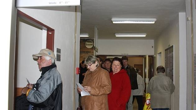 U pokladny budějovického pracoviště Finančního úřadu stojí plátci daně z nemovitosti frontu.