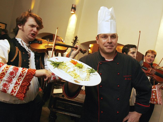 V Masných krámech bude hrát ke dnům slovenské kuchyně cimbálovka. Na snímku šéfkuchař Luděk Hauser.