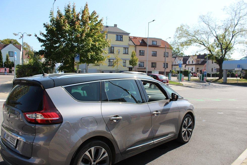V okolí hlavního parkoviště českobudějovické nemocnice v pondělí kolabovala doprava, neboť zde lidé v kolonách čekali na testování na koronavirus.