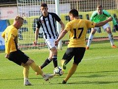 Lukáš Havel zastavuje útočnou akci Stropka a Dvořáka: Dynamo vyhrálo v Sokolově 2:0.