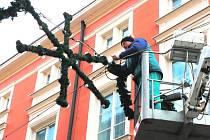 Externí firma, kterou českobudějovická radnice najala na správu veřejného osvětlení, se stará pravidelně například o vánoční osvětlení v centru města.