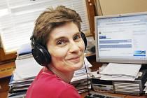 Redaktorka Pavlína Fendeková ve studiu českobudějovického rozhlasu.