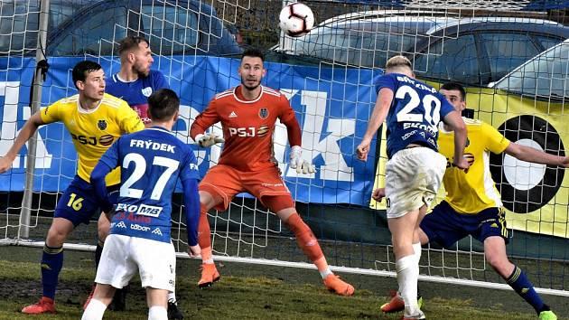 Tuto hlavičku Davida Březiny jihlavský Vejmola v závěru zápasu Táborsko - Jihlava vyrazil. Oba jihočeské druholigové týmy o víkendu bodovaly.