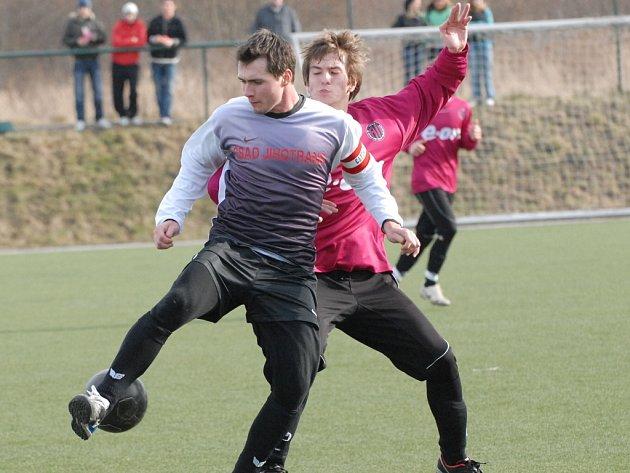 Jaroslav Houška (na snímku z víkendového duelu s juniorkou Dynama bojuje s Martinem Tischlerem) byl na podzim v Kaplici s jedenácti góly nejlepším střelcem svého mužstva.
