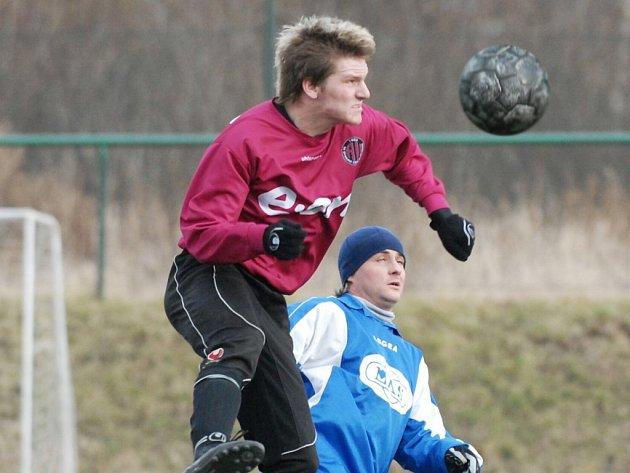 Že Zdeněk Ondrášek je silný i ve vzduchu, dokazuje jeho hlavičkový souboj s Marcelem Kordíkem.