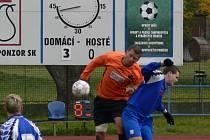 Exčtyřdvorský Karel Tondr mladší (na snímku v hlavičkovém souboji vlevo s Čepičkou) se před týdnem vrátil do Čtyř Dvorů jako kapitán SK Mladé a musel skousnout porážku 0:3.