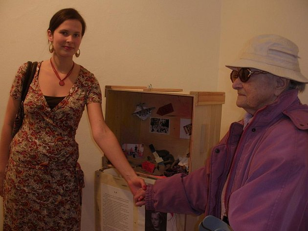 Zdeňka Škopková s paní Ludmilou P. u bedny vzpomínek.
