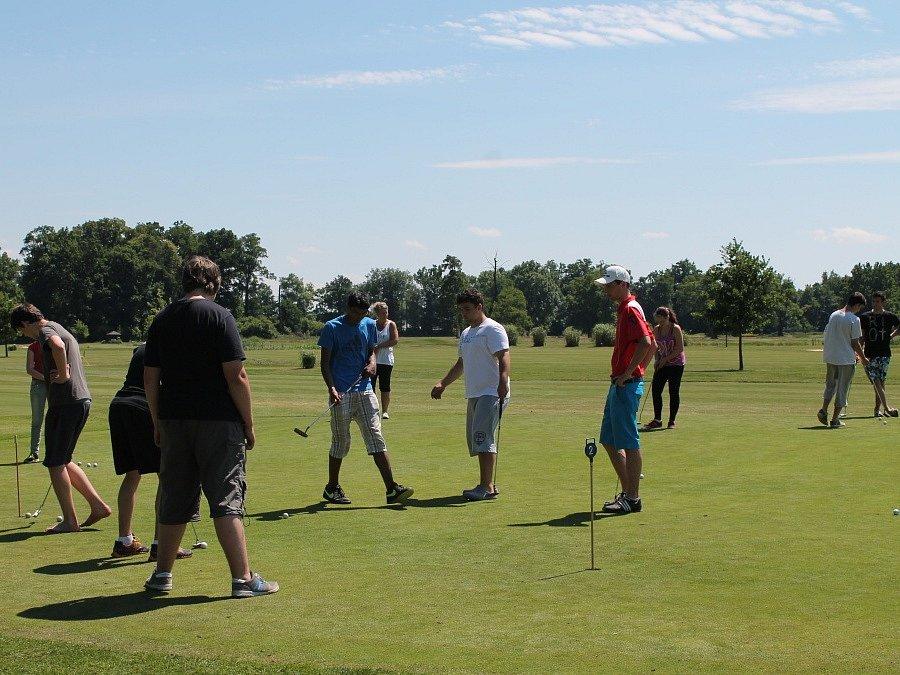 Golf si na Podskalské louce vyzkoušeli také žáci speciální školy pro sluchově postižené