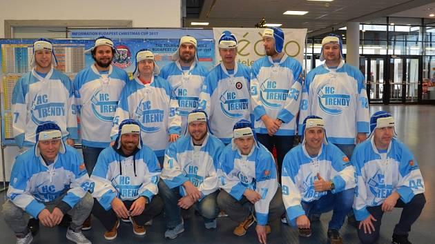 Amatérští hokejisté HC Trendy po svém vítězství v mezinárodním turnaji v Budapešti.