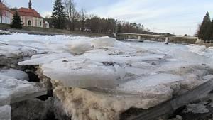 Kry se nahromadily v korytě řeky v Kolodějích nad Lužnicí, ve čtvrtek 18. února už byl průtok volný a pomalu odtávaly.