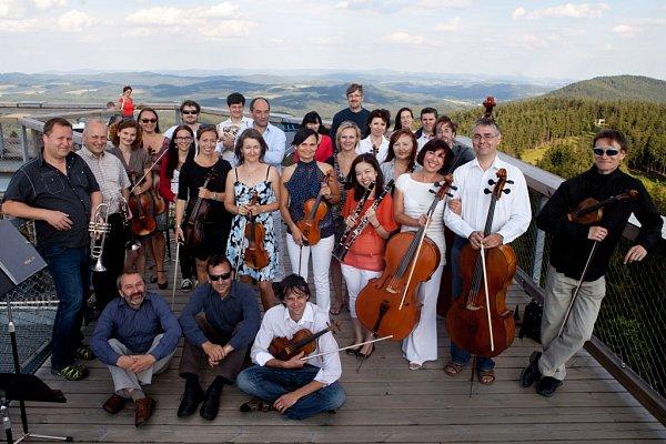 Jihočeská filharmonie natáčela koncem června video na lipenské Stezce korunami stromů.