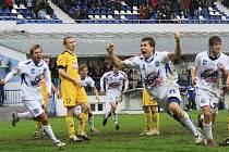 Zatímco Dimitri Tatanašvili se raduje z vítězné branky Kladna, budějovický Lubomír Meszároš smutně klopí hlavu: fotbalisté Dynama zápas pravdy na Kladně nezvládli a prohráli tam 2:1.