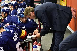 Asistent trenér Motoru Patrik Martinec udílí na střídačce pokyny svým svěřencům.