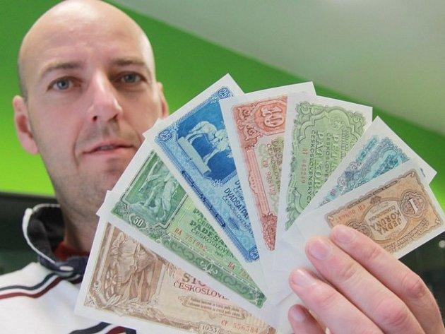 Peníze, které se používaly po měnové reformě v roce 1953. Drží je  sběratel a spolumajitel Numismatika CB obchodu Luboš Dobiáš