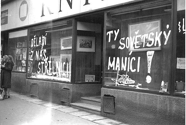 Vzkazy okupantům napsali nešťastní lidé ina výlohy jednoho ztáborských knihkupectví.