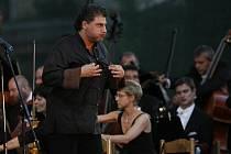 Argentinský tenorista José Cura si 16. července večer si svým humorem a nonšalancí získal publikum Mezinárodního hudebního festivalu Český Krumlov. Na zahajovacím galakoncertu v Pivovarské zahradě ho doprovodil Symfonický orchestr Českého rozhlasu pod ved