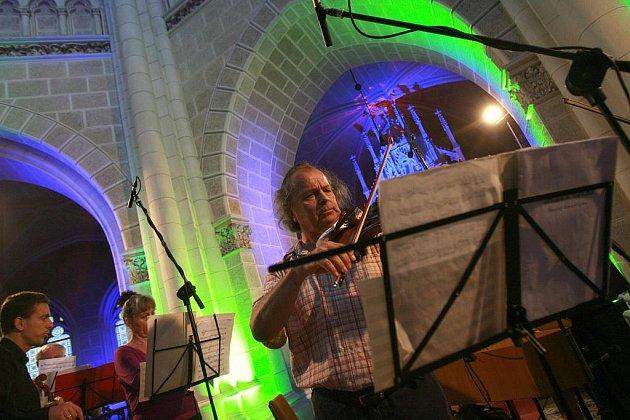 VIRTUOS Václav Hudeček koncertoval 16.srpna ve Schwarzenberské hrobce v Třeboni. Vystoupil tu s komorním orchestrem Collegium Jiřího Pelanta. Koncert patřil do nabídky kulturního léta, které bývá v Třeboni bohaté. V hrobce zazpívá ve středu 24. srpna