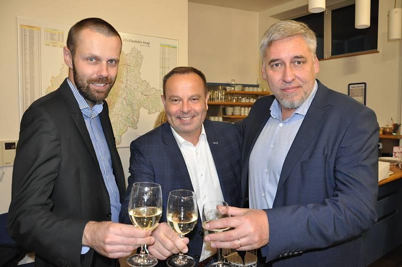 Oslavy ve štábech KDU-ČSL a koalice SPOLU v Českých Budějovicích, Šimon Heller (vlevo), Jan Bauer (uprostřed) a Pavel Klíma (vpravo).