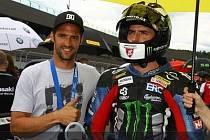 Matěje Smrže (vpravo) doprovodil na start závodu na Red Bull Ringu jeho starší bratr Jakub, který letos startuje v britském šampionátu superbiků.