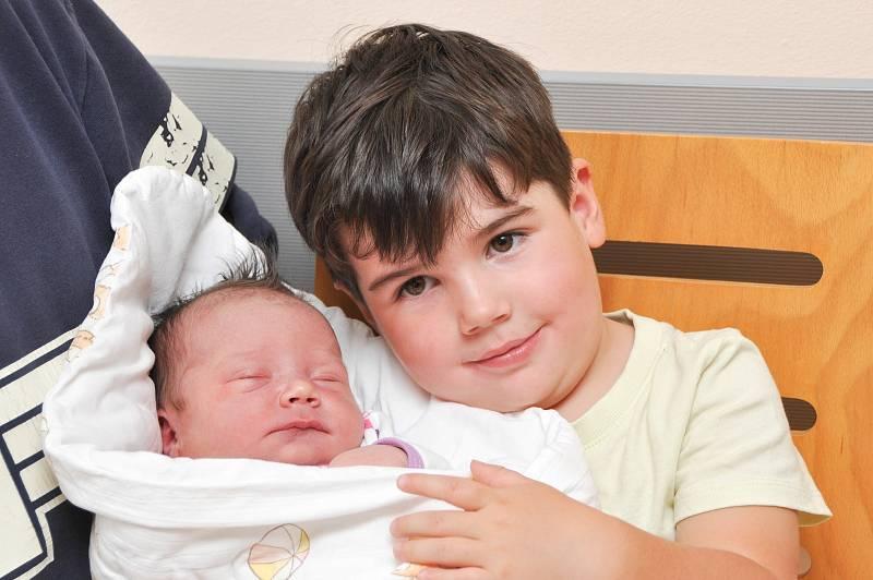 Anna Samcová z Blatné. Rodiče Barbora a Vladimír se radují z dcerky, která se narodila 19. 9. 2021 ve 15.49 hodin. Při narození vážila 4110 g. Doma na ní čeká bráška Ládík (3).