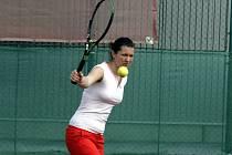 Úspěšná mladá tenistka Veronika Kolářová při precizním bekhendové úderu.
