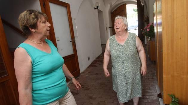 Přívalový déšt v Týně nad Vltavou vytopil několik domácností v ulici Legií. Jaroslava Svobodová (zelené triko) a Věra Mašková ukazuje zatopený obývací pokoj.