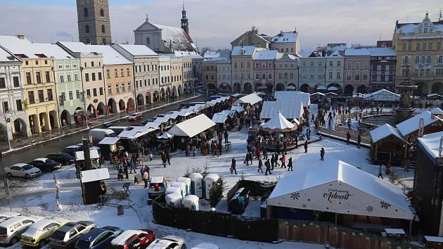 Vánoční trh na českobudějovickém náměstí.
