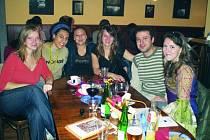 Studentky Sabina, Lucia, Nina a Katarína ze slovenské Skalice na společném večírku se zahraničními studenty Jihočeské univerzity u příležitosti Evropského dne univerzit.