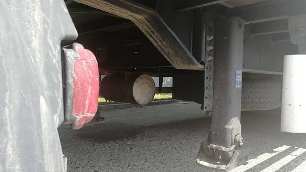 Z podvozku kamionu v jedné firmě u Budějovic vyskočili migranti.