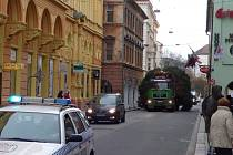 Cestu stromu opět komplikovala stojící auta.