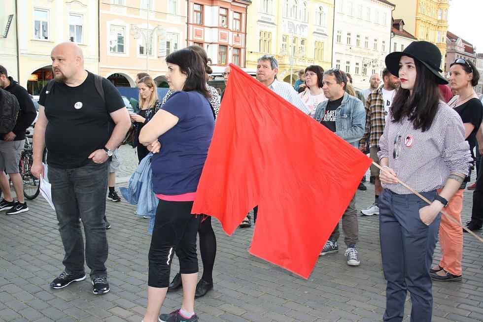 Nespokojenost s trestně stíhaným premiérem dali najevo občané na středečním protestu proti vládě na českobudějovickém náměstí.