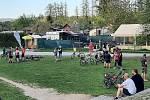 Občerstvení u Velkého jezu v Budějovicích má venkovní posezení předpisově uzavřené. Oblíbené místo svých procházek i cyklovyjížděk si Budějovičtí ale chtějí užít, a tak posedávají a postávají v okolí stánku na trávě u řeky. V malých skupinkách a rozestupe