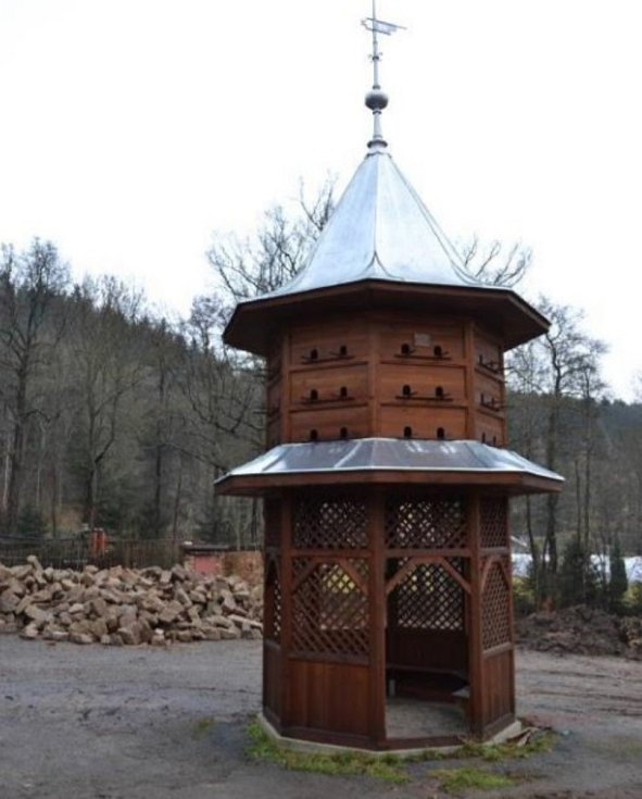 I takto může vypadat holubník. Tento stojí uprostřed dvora bývalého mlýna ve Světcích u Tachova. Spodní část slouží jako pergola.