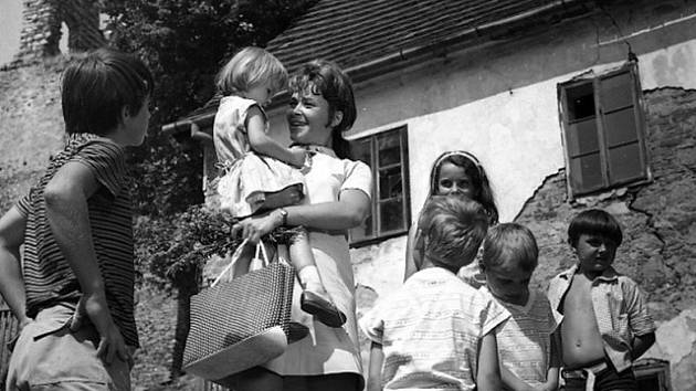 """Více lásky chce dávat """"nemilovaným"""" dětem soudní zapisovatelka Zdeňka Miková."""