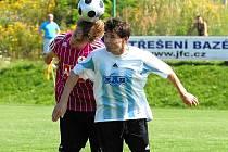 Milan Barteska v derby s Pavlem Novákem.