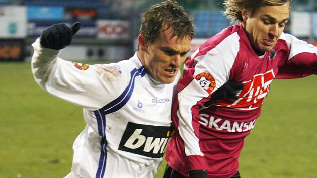 Jaroslav Černý byl v neděli k neudržení, navíc svůj výborný výkon korunoval hned v úvodu veledůležitým prvním gólem (na snímku Černý uniká libereckému Petru Šinglárovi).