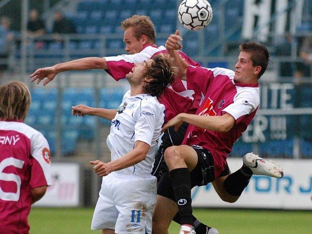 Tomáš Sedláček v nedělní lize bojuje o míč s Davidem Homoláčem, jenž s Boleslaví nastoupil  v záloze.