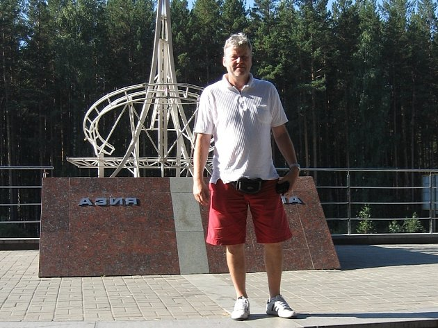Vedoucí mužstva HC Mountfield a bývalý výborný gólman Ladislav Gula na hranici Evropy a Asie v Jekatěrinburgu.