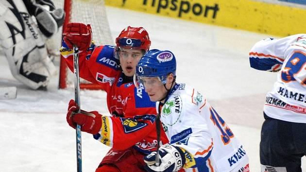 Josef Rezek (na snímku v červeném v souboji s kladenským Kuchlerem) naznačil, že by se v budoucnosti mohl prát o místo v extraligovém týmu HC Mountfield.