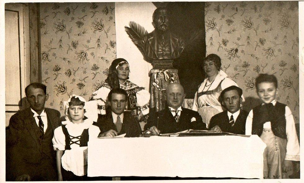 Důstojná oslava 30. výročí založení spolku J.K.Tyl pod bystou T.G.M. (1925). Těm dětem by teď mohlo být tak 101 let.