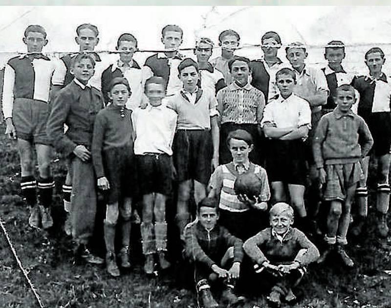 Fotbal. Snímek z 30. let zachycující Hlubocké před fotbalem. Snímky jsou z archivu Věnceslava Černého. Najdete je v knize Aleny Mitter s názvem Vzpomínky na Hlubokou vydané u příležitosti 100. výročí Československa.