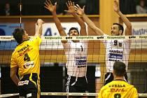 Bonini a Michal Sukuba blokují Mikulu.
