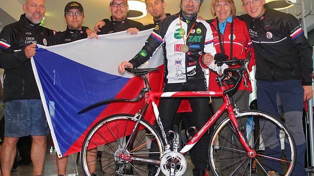 Jiří Hledík s celým svým týmem slavili úspěšné absolvování závodu. Kaňkou na závodu okolo Slovinska byly zdravotní potíže, kvůli kterým byl výsledný čas horší, než závodník plánoval.