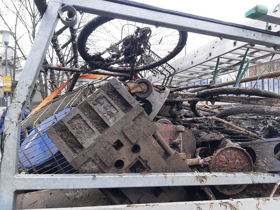 Kvůli opravě Jiráskova jezu v Budějovicích byla téměř vypuštěna řeka Vltava v centru města. Pracovníci Povodí Vltavy ji tak mohli očistit od nepořádku. Na dně našli hotové poklady: kola, skateboardová prkna, víka od kanalizace, nákupní košíky, ale i kasír